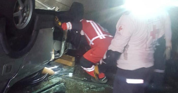 Una persona fallecida al caer de un puente con su vehículo en carretera a Comalapa