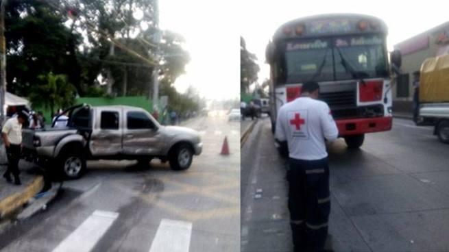 Tres personas lesionadas tras accidente entre autobús y pick up en Santa Tecla