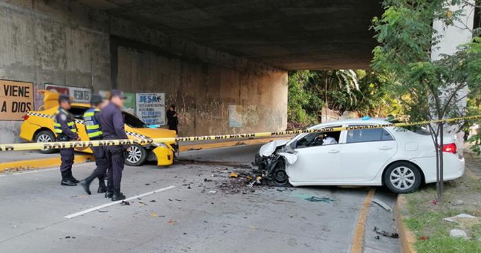 Conductor en estado de ebriedad choca contra taxi y muere, en la 75 Avenida Norte