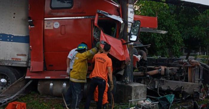 Dos lesionados tras grave accidente en carretera Litoral, San Miguel