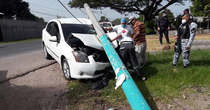 Enfermera choca contra un poste en carretera Troncal del Norte