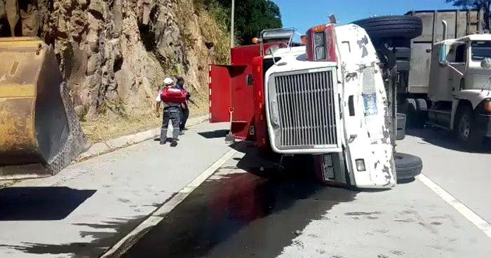 Camión vuelca tras chocar con microbús en carretera al Puerto de La Libertad