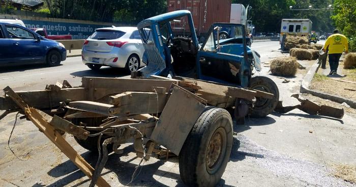 Triple choque sobre carretera Los Chorros