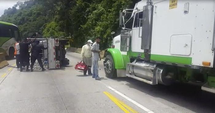 Tres lesionados tras choque sobre la carretera Los Chorros