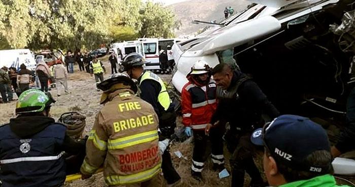 Cinco personas muertas y 16 heridas luego que autobús cayó de un puente