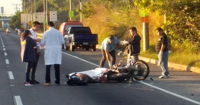 Motociclista muere tras chocar por redondel Integración