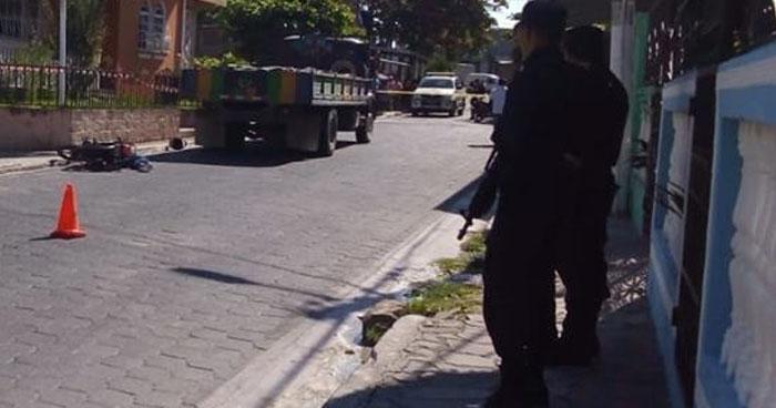 Muere motociclista al impactar contra un camión en calle de San Rafael Cedros