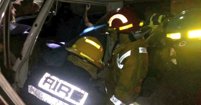 Motorista de un microbus escolar lesionado tras chocar con autobús estacionado