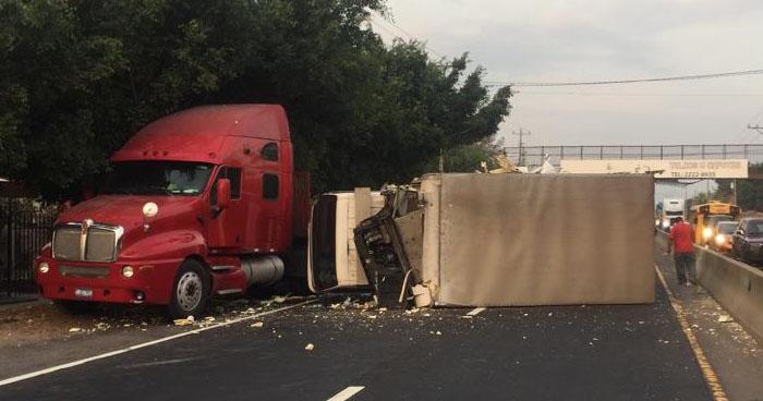 Camión volcó y chocó contra una rastra sobre la carretera Panamericana
