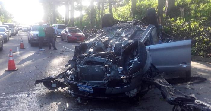 Conductor lesionado tras chocar y volcar en carretera Panamericana