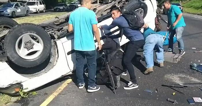 Varios lesionados tras vuelco de vehículo en carretera Panamericana, Cuscatlán