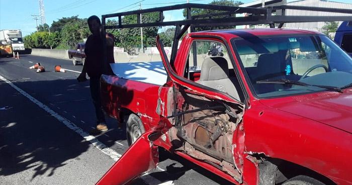Conductores provocan choque por disputar vía en carretera de La Libertad