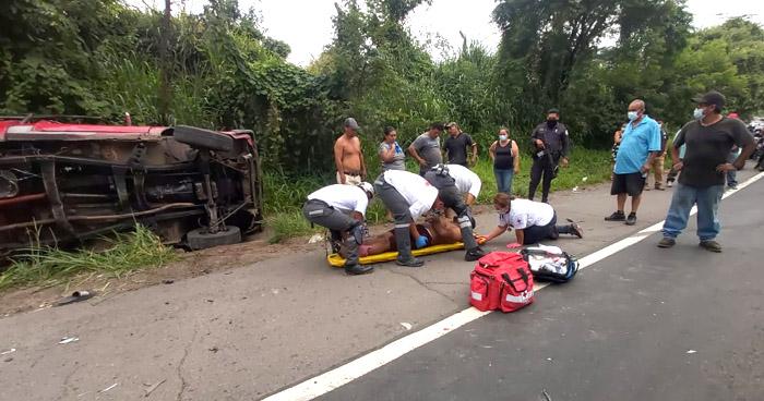 Mujer fallecida y cuatro lesionados tras accidente en Quezaltepeque