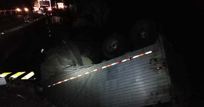 Rastra cargada con 32 toneladas de maíz volcó cerca del desvío a Atecozol