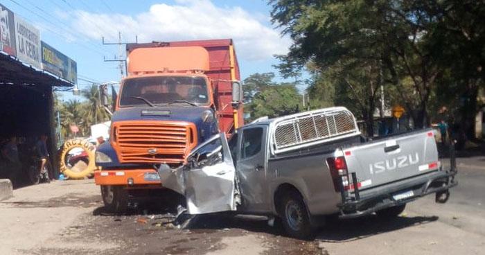 Mujer muere tras chocar contra una rastra sobre la carretera Litoral, San Miguel