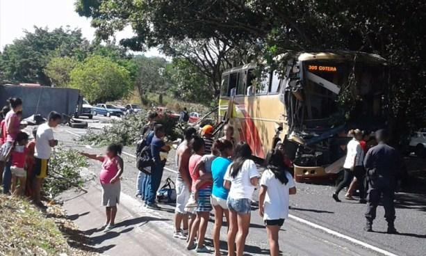 Al menos 6 lesionados tras grave choque entre camión y autobús en carretera Panamericana