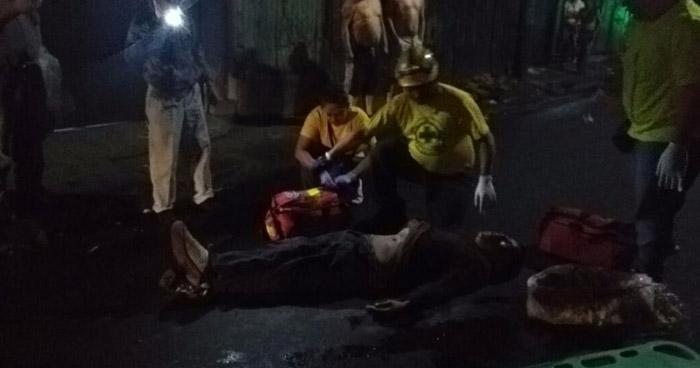 Hombre muere tras ser arrollado por un microbús en el centro de San Salvador