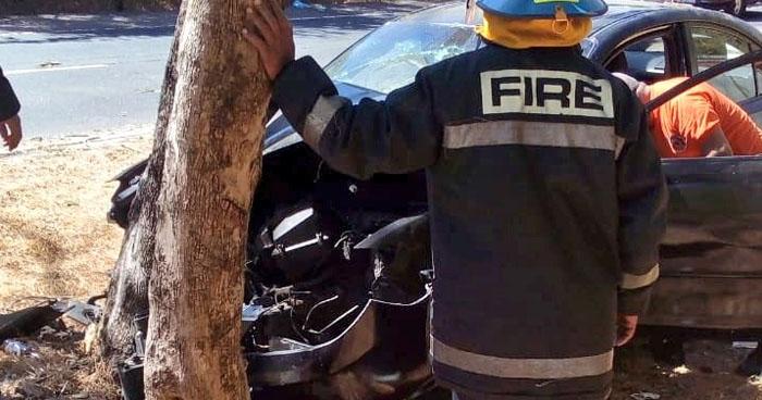 Tres lesionados por choque de vehículo contra un árbol en carretera de San Vicente