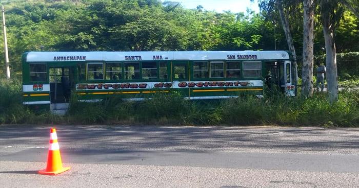 Varios lesionados luego que autobús de transporte público se accidentara en Coatepeque