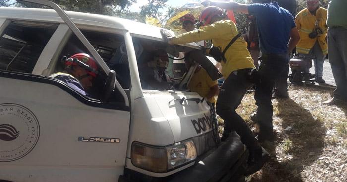 Conductor queda atrapado en su vehículo tras accidentarse en carretera a Santa Ana