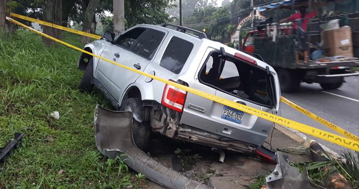 Cuatro personas en estado de ebriedad a bordo de un vehículo, se accidentan en Santa Tecla