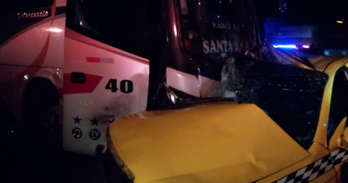 Muere mujer tras choque entre bus y taxi sobre carretera de Santa Tecla a Santa Ana
