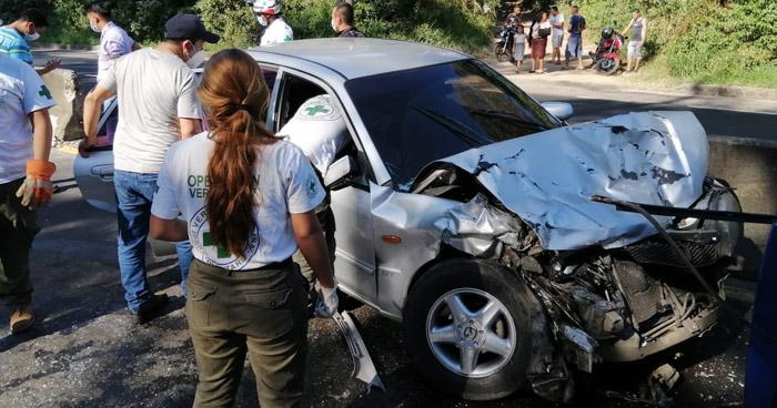 Conductores ebrios chocan en carretera a Santa Ana