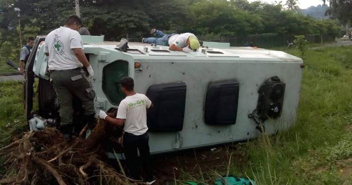 Agente de seguridad lesionado al volcar camión blindado en carretera a Santa Ana
