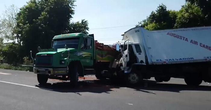 Fuerte choque entre camiones complicó el tráfico en carretera a Santa Ana
