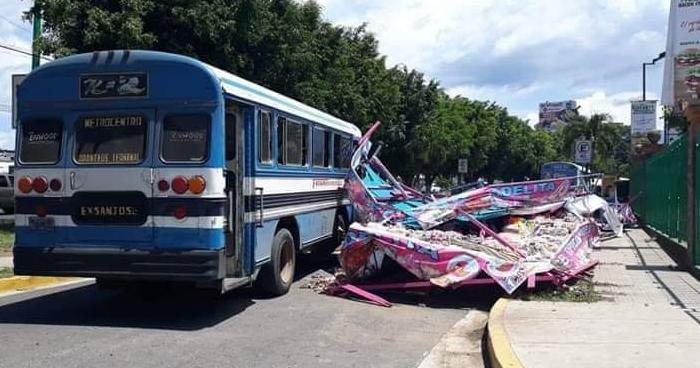 Autobús destruye puesto de venta de dulces típicos en Santa Ana