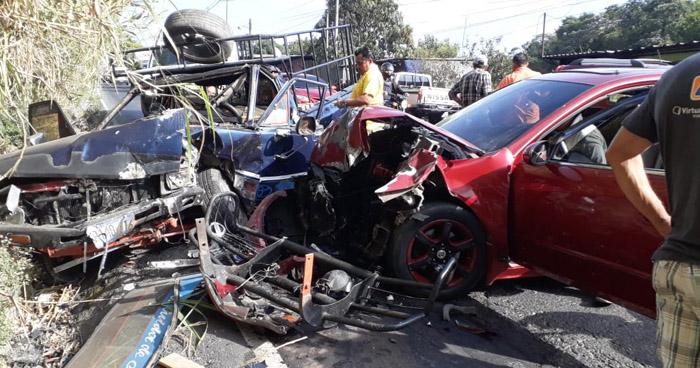 Seis lesionados dejó fuerte choque en calle Agua Caliente, en Soyapango