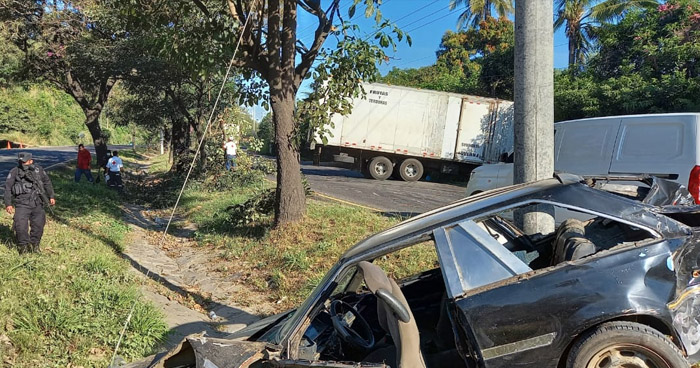 Dos lesionados tras choque en carretera a Santa Ana