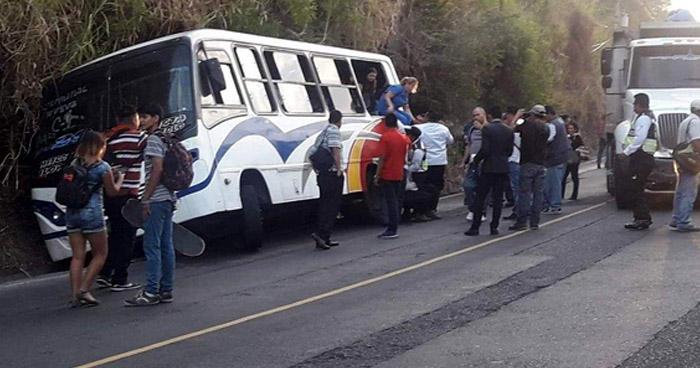 Microbus se accidenta en la calle Agua Caliente, el motorista se habría dormido