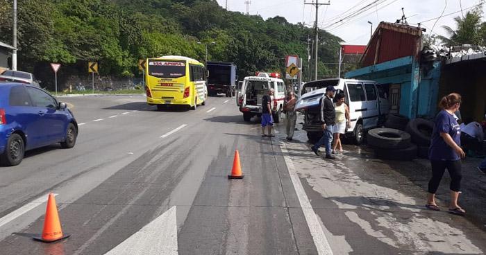 Motorista huye tras chocar contra un microbús y causar lesiones a una anciana en Ciudad Delgado