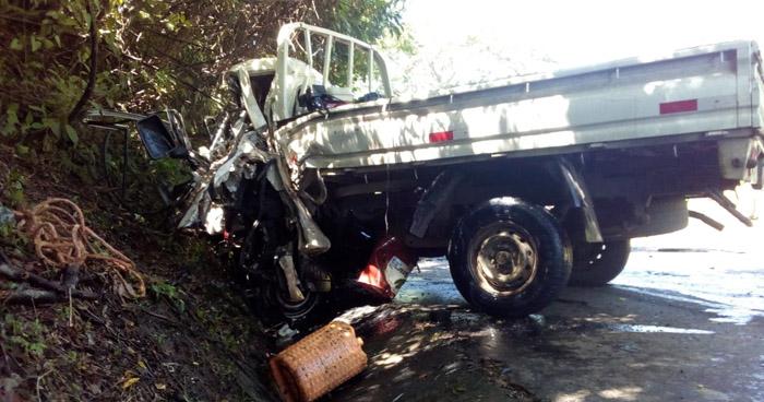 Conductor muere tras chocar con un camión de volteo al intentar rebasar en carretera de Usulután