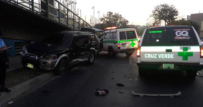 Hombre queda atrapado en su vehículo tras chocar en el Bulevar Venezuela