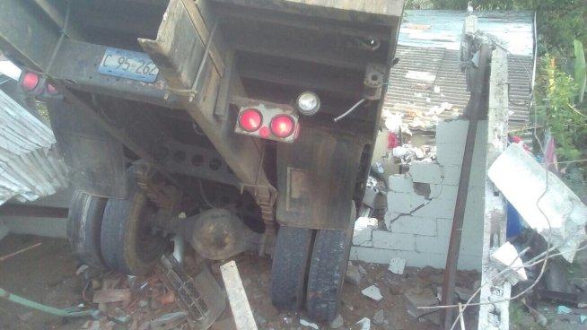 Vehículo colisiona contra vivienda sobre carretera Troncal del Norte