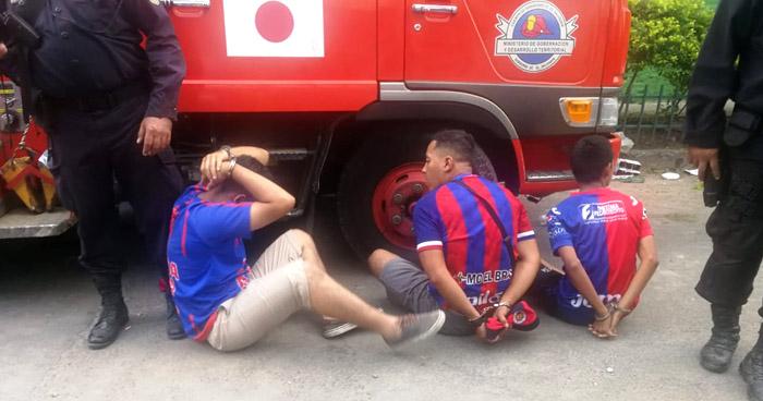 Aficionados del FAS arrestados por lanzar piedras y botellas en final de fútbol nacional
