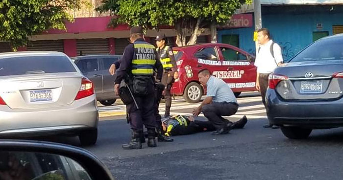 Conductor atropella a policía de tránsito sobre Alameda Juan Pablo II