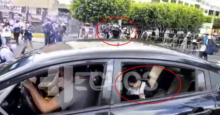 VIDEO   Hombre en protesta contra el Bitcoin ataca vehículo donde se transportaban niños