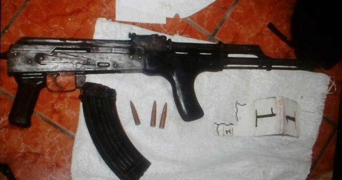 Pandilleros huyen y abandonan un AK-47 y varias armas cortas
