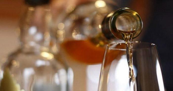 """Mueren 27 personas por tomar alcohol para """"protegerse"""" del Coronavirus"""