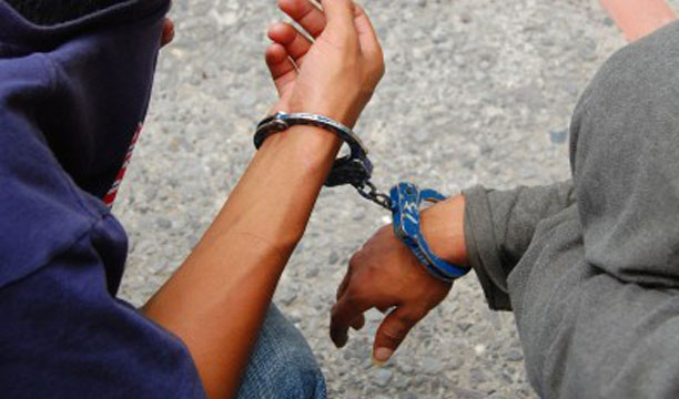 Porciones de droga y arma de guerra fue lo incautado a dos delincuentes en Ahuachapán