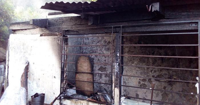 Bomberos rescatan a un anciano que se había desmayado dentro de una vivienda en llamas