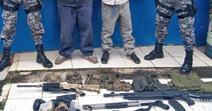 Pandilleros capturados con armas de guerra y equipo táctico en Cabañas