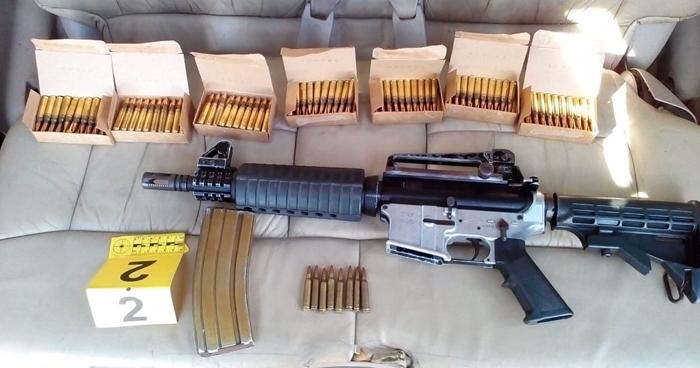 Detienen a salvadoreño en vehículo proveniente de Honduras con fusiles y abundante munición