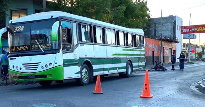 Motociclista muere tras impactar contra un autobús en San Miguel