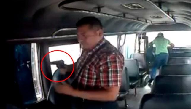 Captan en video asalto a mano armada dentro de un microbus ruta 42 en San Salvador