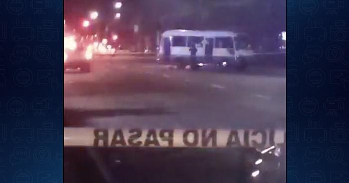 Pasajero se defiende y dispara contra asaltante al interior de un microbús, en San Salvador
