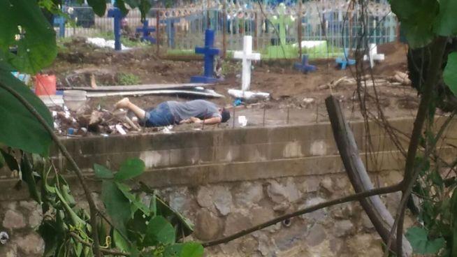 Asesinan a hombre mientras trabajaba en un cementerio
